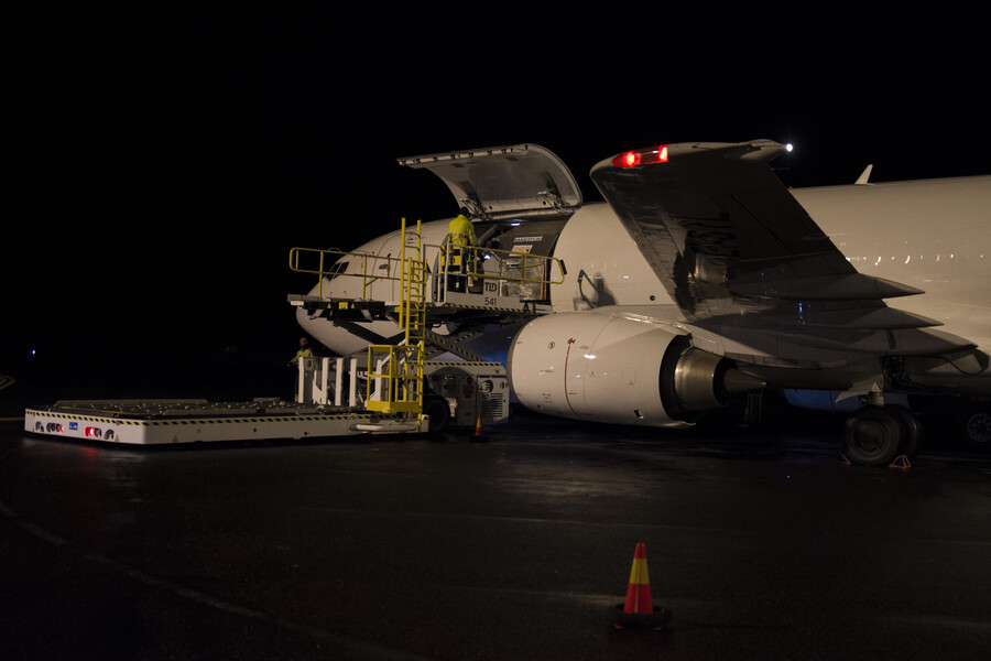 Unloading of goods from cargo aircraft