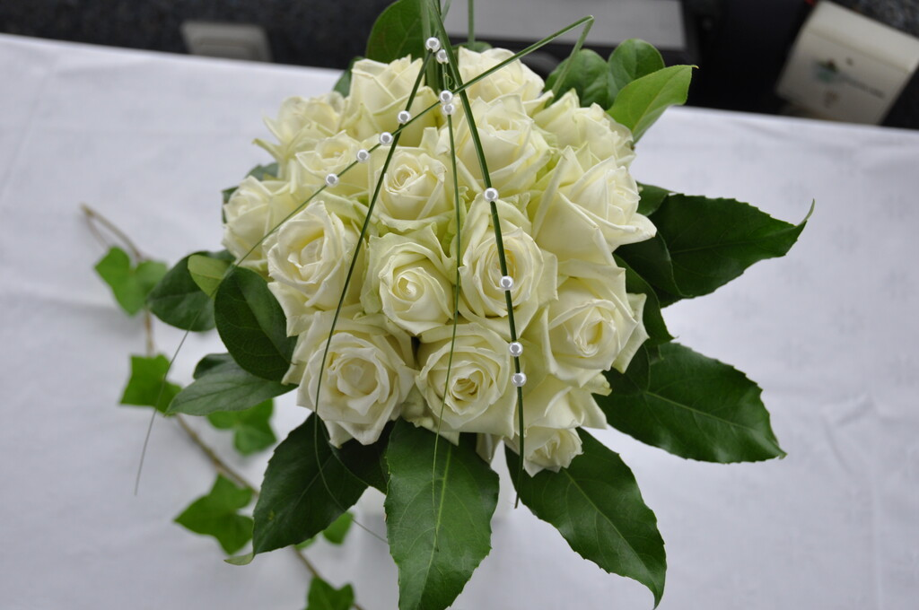 Detail image of a bridal bouquet consisting of white roses